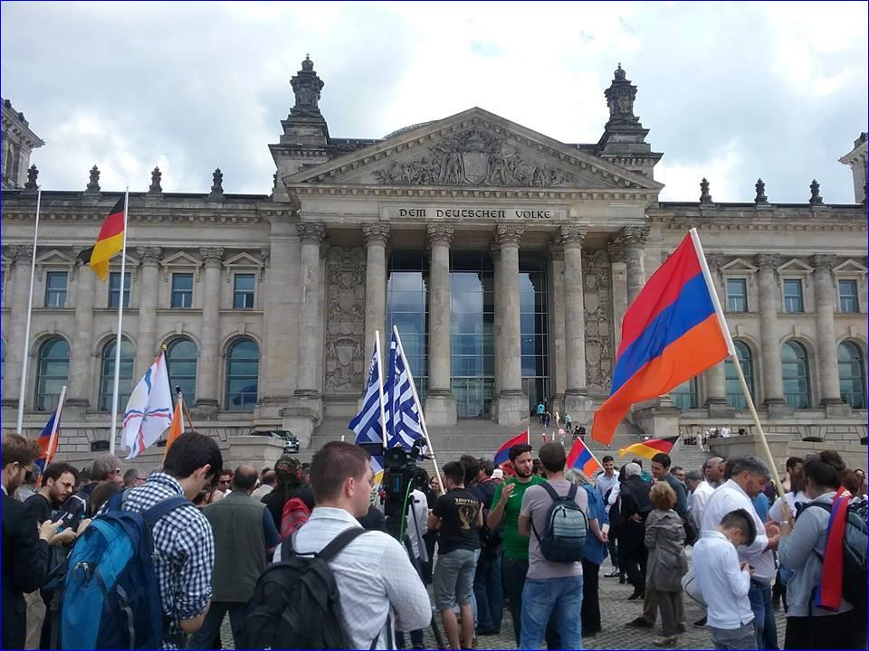 Assyrians, Armenians and Pontic Greeks in front of the Bundestag on June 2, 2016. ( Abut Can/AINA)
